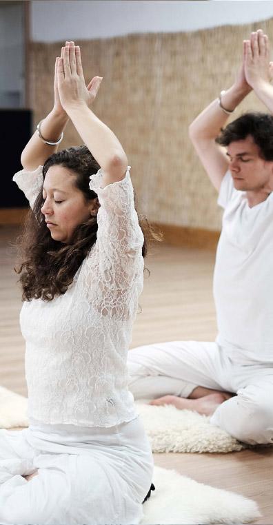 positionnement des bras et des mains pour un effet sur le subconscient